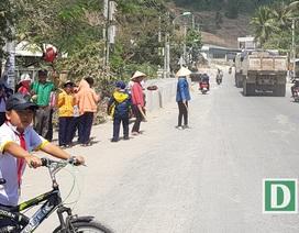 Xúc động bác bảo vệ dắt học sinh qua đường có nhiều xe tải