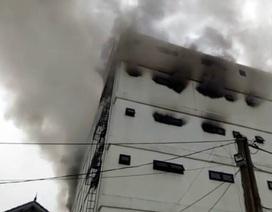 Cháy lớn tại Karaoke Kingdom,  giải cứu 3 người mắc kẹt