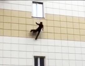 Người dân nhảy lầu thoát thân trong vụ cháy tại Nga