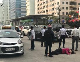 Hà Nội: Xe máy tông người phụ nữ bất tỉnh rồi bỏ chạy