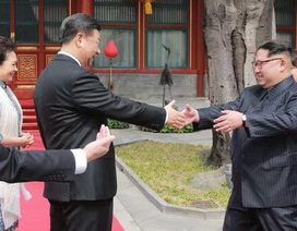 """Hành động """"lạ"""" của ông Kim Jong-un khi gặp Chủ tịch Tập Cận Bình"""
