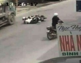 """Vụ cú bẻ lái cứu mạng 2 cô gái: Chủ xe Toyota xin """"bãi nại"""" cho tài xế"""