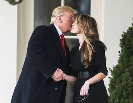 Ông Trump lưu luyến tiễn cố vấn truyền thông xinh đẹp rời Nhà Trắng