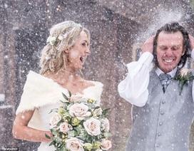 """Bất ngờ có bộ ảnh cưới """"để đời"""" nhờ... mưa tuyết"""