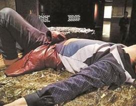 Phẫn nộ du khách Trung Quốc nằm ngủ trên khối ngọc bích trong viện bảo tàng