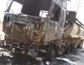 Xe tải bốc cháy dữ dội, tài xế may mắn thoát chết