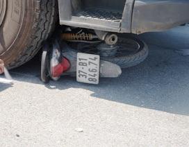 Bị xe tải kéo lê hàng chục mét, 2 nạn nhân di chuyển bằng xe máy thương vong