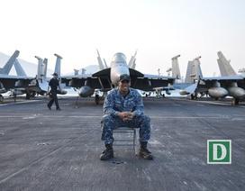 Cận cảnh tàu sân bay Mỹ tại vịnh Đà Nẵng
