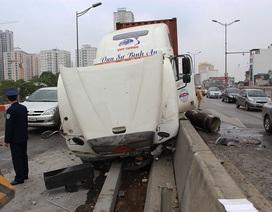 Xe container chồm lên dải phân cách, đường trên cao ùn tắc kéo dài