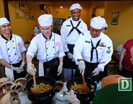 Đầu bếp hải quân Mỹ hào hứng đổ bánh xèo, nấu mì Quảng