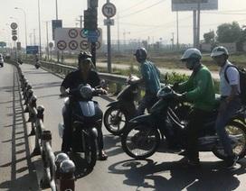"""Người đi xe máy """"bối rối"""" vì đường bất ngờ bị chặn"""