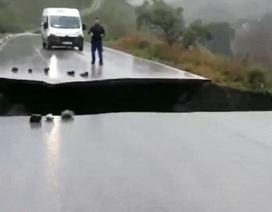 Đường gãy đôi làm giao thông đình trệ ở Tây Ban Nha