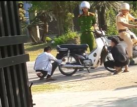 Công an yêu cầu 2 thanh niên xì lốp xe, dắt bộ vì... không đội mũ bảo hiểm?