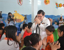 Nữ binh sĩ Mỹ xúc động hát cùng trẻ nhỏ nạn nhân chất độc da cam Đà Nẵng