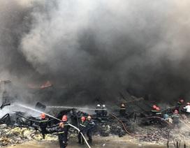 Xưởng chứa phế liệu bốc cháy ngùn ngụt giữa trưa