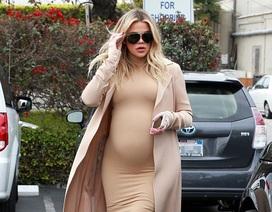 Bầu bí 8 tháng, Khloe Kardashian vẫn diện váy bó sát