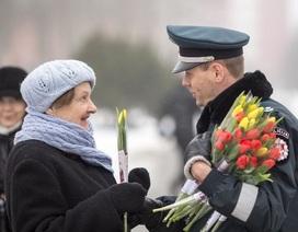 """Bị cảnh sát giao thông """"tuýt"""" lại để… nhận hoa"""