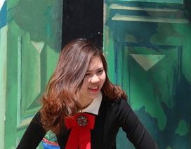 Người dân Hà Nội tranh thủ chụp ảnh ở phố bích họa Phùng Hưng