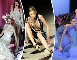 """Bi hài khoảnh khắc người mẫu """"vồ ếch"""" trên sàn catwalk"""