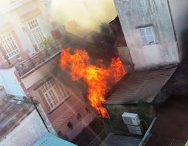 Hà Nội: Giải cứu 4 mẹ con trên tầng thượng của ngôi nhà đang cháy