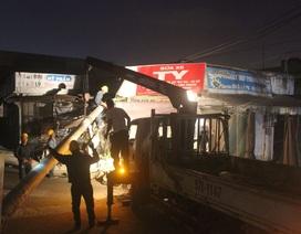 Trụ điện đổ, hàng trăm hộ dân mất điện suốt nhiều giờ trong đêm