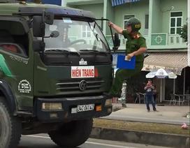 Tài xế cố tình cho xe chạy dù có cảnh sát đu bám trước đầu xe