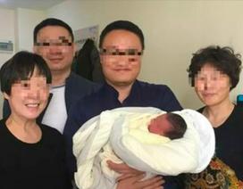 Em bé chào đời sau khi cha mẹ mất 4 năm