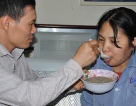 Nghẹn ngào cảnh hai vợ chồng ung thư chăm nhau trong nước mắt