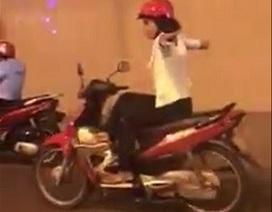 """Người phụ nữ """"làm xiếc"""" trên xe máy khi qua hầm chui Kim Liên"""