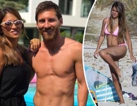 Cổ động viên khuyên Messi nghỉ hưu để về với… vợ đẹp