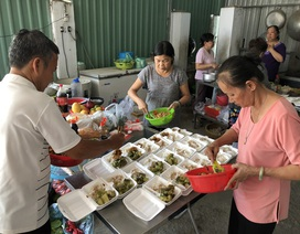 Mất 3 người thân trong thảm họa Carina, người phụ nữ nấu cơm chay miễn phí