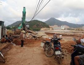 """Bình Định: Thi công """"phá"""" đường dân sinh, dân bức xúc ngăn cản?"""