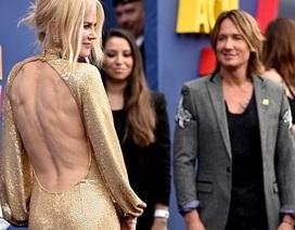 51 tuổi, Nicole Kidman vẫn khoe lưng trần nõn nà