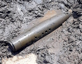 Tá hỏa phát hiện quả bom dài hơn 1m trong sà lan chở cát