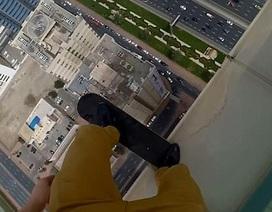 Thót tim với màn nhào lộn nhảy nhót của thanh niên bên mép nhà cao tầng