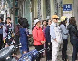 Người Hà Nội xếp hàng dài mua bánh trôi, bánh chay ăn tết Hàn thực
