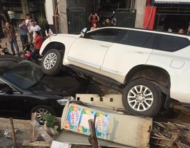 """Land Cruiser """"đè bẹp"""" Camry trên đường phố Hà Nội"""