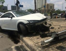 Xe sang Audi nát đầu sau cú đánh lái tránh xe máy