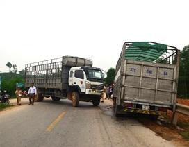 Người dân cạy cửa cứu tài xế xe tải mắc kẹt trong cabin