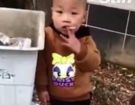 Sốc với cảnh nhóc 3 tuổi phì phèo thuốc lá, bị mẹ nhắc vẫn dửng dưng