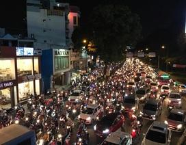 """Hàng nghìn người """"chôn chân"""" trước sân bay Tân Sơn Nhất do kẹt xe"""