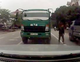 Cố tình lấn làn, tài xế đỗ xe giữa đường thách thức người khác