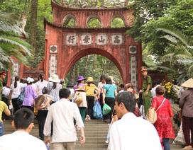 Hàng triệu lượt người đổ về Đền Hùng trước ngày chính giỗ