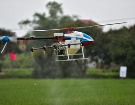 Máy bay không người lái trình diễn phun thuốc trừ sâu ở Bắc Ninh