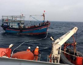 Cứu hộ 13 ngư dân trôi dạt nhiều giờ trên biển
