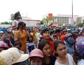 """Hàng trăm người tập trung xem công an khám cơ sở """"Hội thánh Đức Chúa Trời"""""""