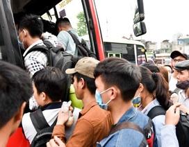 Bến xe chật kín người rời Hà Nội về quê nghỉ lễ