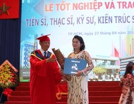 Mẹ nghẹn ngào nhận bằng Thạc sĩ danh dự cho con qua đời vì tai nạn giao thông