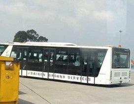 Tài xế quên kéo phanh, xe chở khách trôi tự do trong sân bay