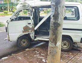 Ô tô mất lái lao vào trụ điện, tài xế văng xuống đường tử vong